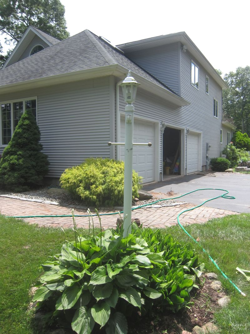 Lamp Post Makeover | How to renew your lamp post within hours | DIY lamp post ring landscape | How to create a perfect circle when edging | How to increase curb appeal on a budget | DIY curb appeal | DIY edging | Budget friendly Before & After | TheNavagePatch.com