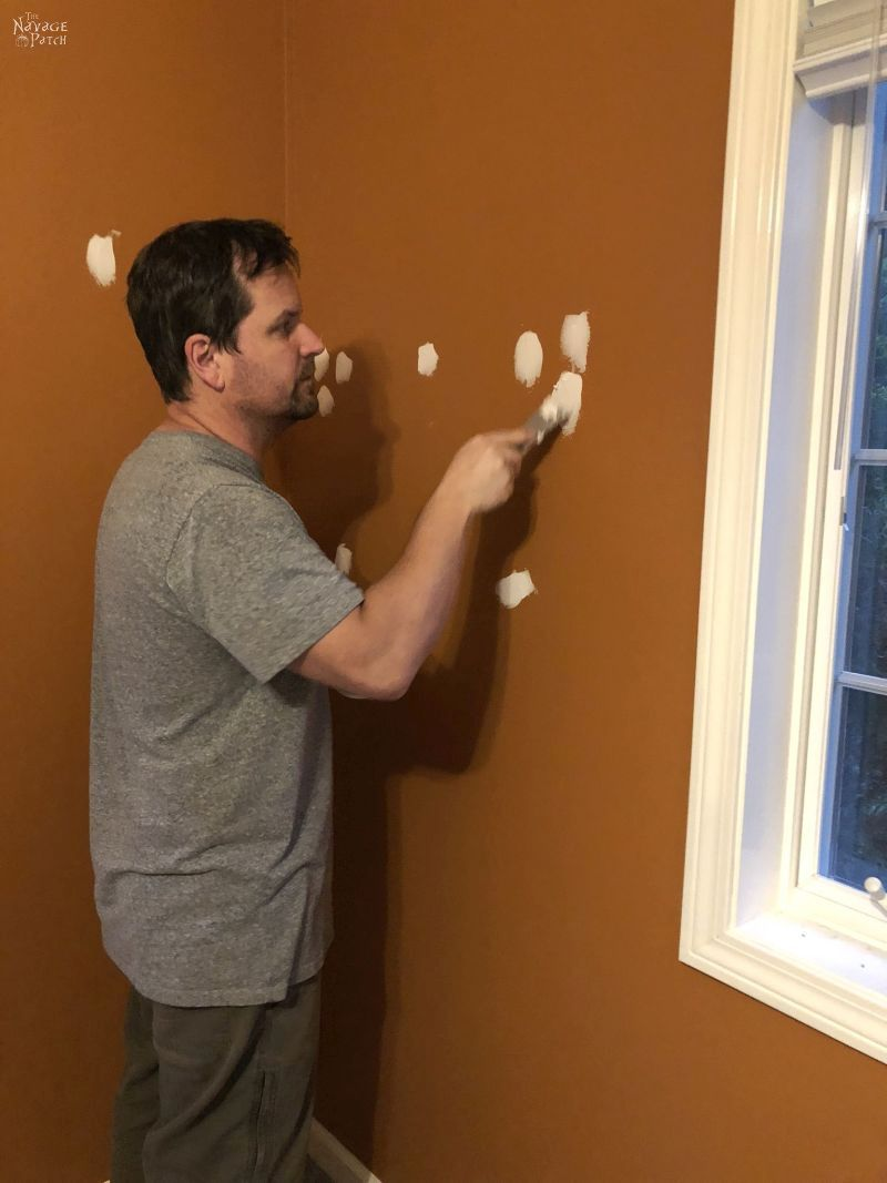 filling wall holes with spackle