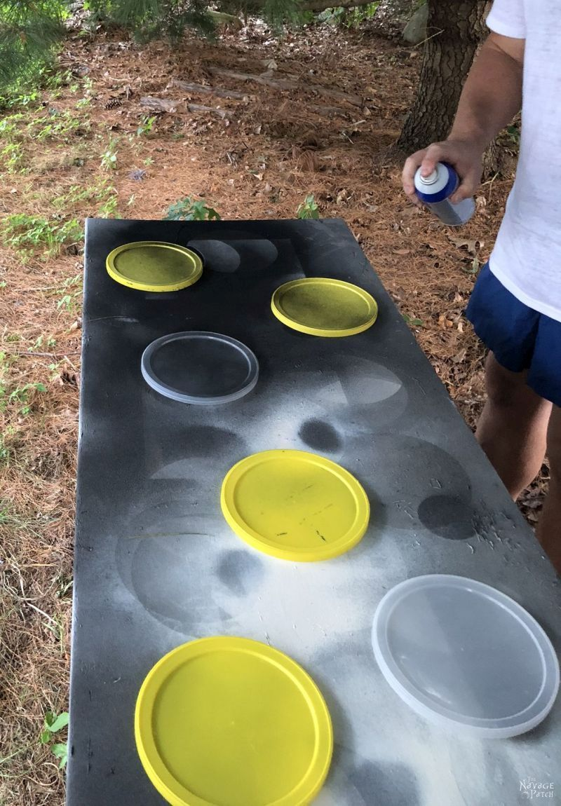 spraying coffee can lids with plasti dip. how to paint plastic