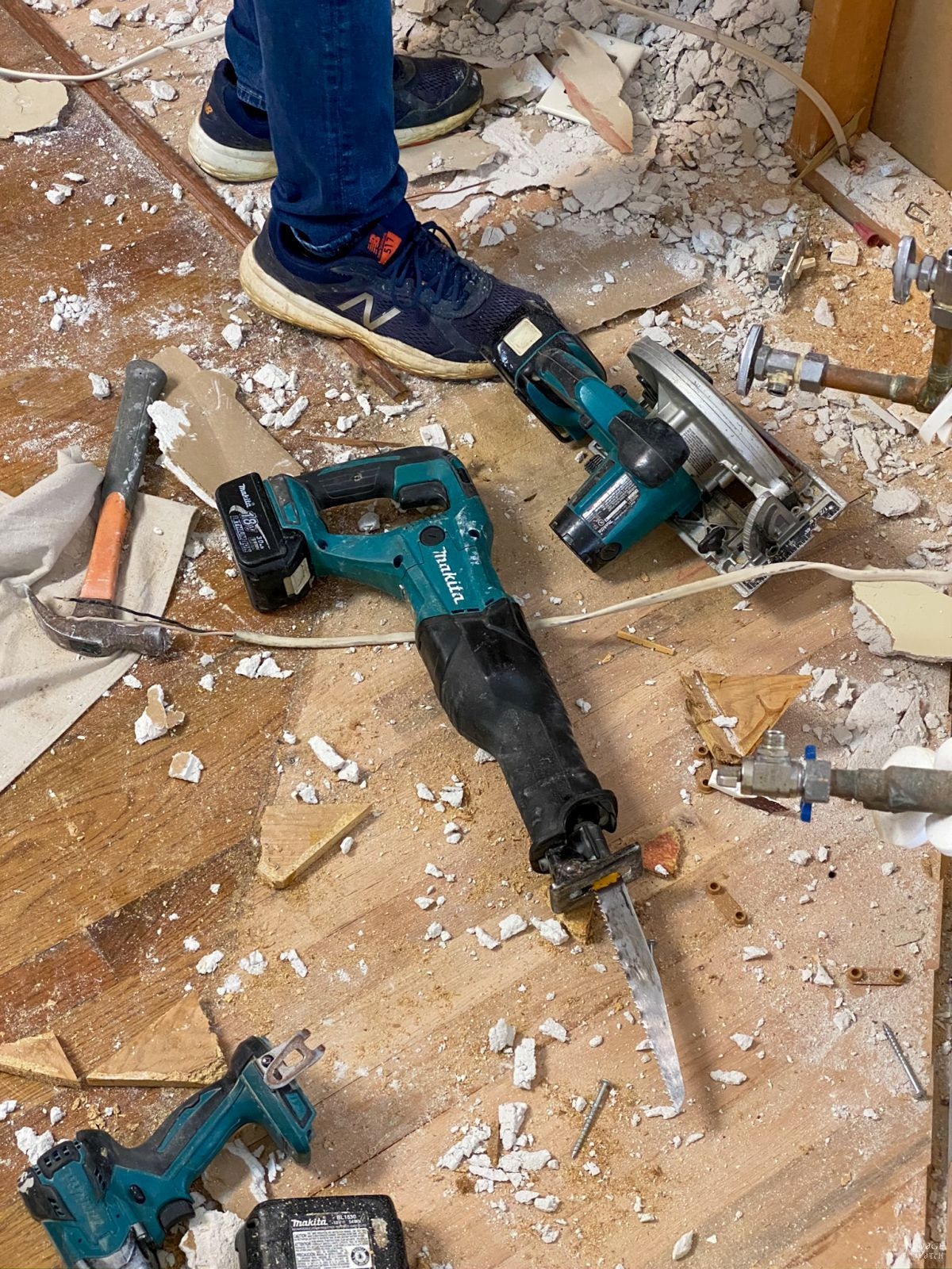 tools are construction waste on the floor