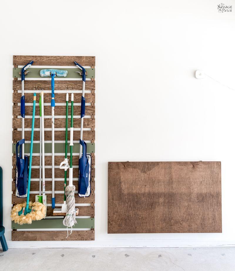 Mesa de trabalho dobrável DIY e rack de armazenamento de vassouras e esfregões - TheNavagePatch.com